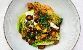 Sočios ir traškios voveraičių salotos su pupelių padažu