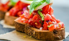 Brusketa su burata, pomidorais ir prosciutto crudo