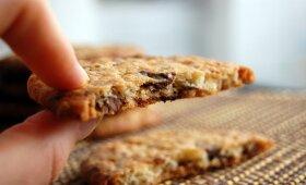 Gardus kąsnelis smaližiams: sausainiai su baltuoju ir juoduoju šokoladu