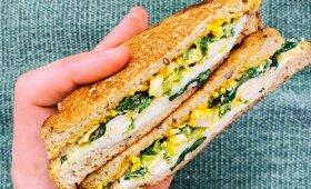 Traškus sumuštinis su špinatais ir mocarela – ne tik pusryčiams