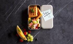 Vafliai su vaisių ir uogų salotomis