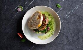 Karštas sumuštinis su marinuotais pomidorais