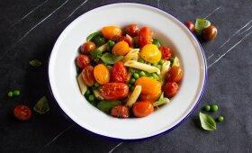 Pomidorų salotos su makaronais ir žalumynais