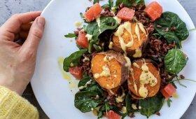 Šiltos rudųjų ryžių ir batatų salotos