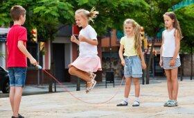 Vaikai šokinėja per virvutę