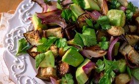 Karštos keptų baklažanų ir avokadų salotos