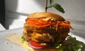 """Traškusis """"burgeris"""" milžinas su sultingu paplotėliu pagal Alfą Ivanauską"""