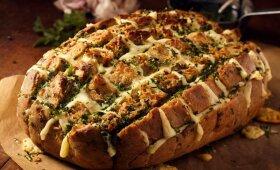 Juoda duona su sūriu ir česnakiniu padažu