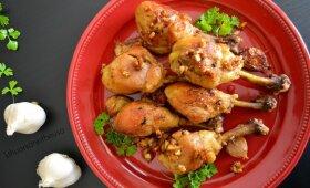 Gardžiai vakarienei: sultingos vištienos blauzdelės su česnaku ispaniškai