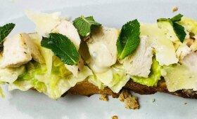 """""""Cezario"""" salotų brusketa su netikėtu ingredientu pagal Alfą Ivanauską"""