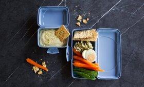 Virtas kiaušinis, šviežios daržovės, duonos traškučiai ir sūrio užtepėlė