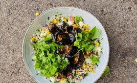 Keptų baklažanų salotos su ryžiais, kukurūzais ir feta