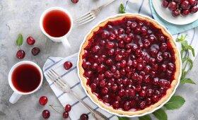 Pirštus apsilaižyti verčiantis šviežių vyšnių pyragas