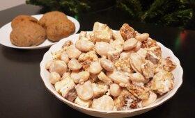 Keptos duonos, pupelių ir tofu mišrainė