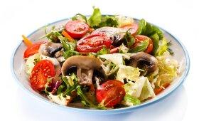 Sveikos ir skanios salotos su pievagrybiais