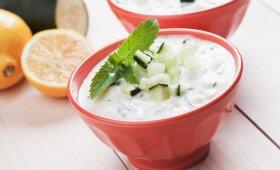 LIEKNĖJANTIEMS: šalta agurkų sriuba su mėtomis