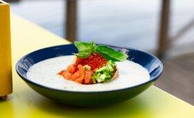 Šalta grilintų daržovių sriuba su lašiša, kuri tikrai patiks šaltibarščių mėgėjams