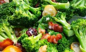 Greitos brokolių ir spanguolių salotos