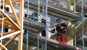 Pašalpų gavėjai bus skatinami dirbti daugiabučių renovavimo programose