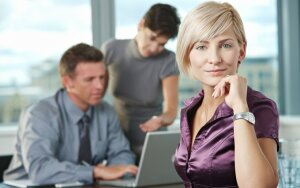 Moteris darbo rinkoje: kodėl uždirbame mažiau ir jaučiamės dėl to kaltos?