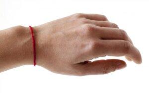 Raudonas siūlas ant riešo – nauja mada ar magiška galia?