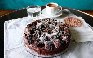 Šokoladinis pyragas su slyvomis