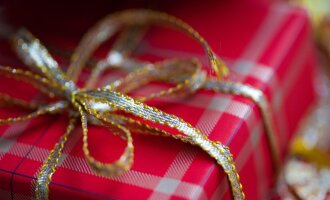Lietuvos gyventojai ieško dovanų internete, o perka parduotuvėse