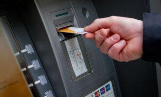 Kada bankomatuose kortelės paliekamos dažniau