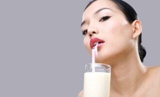 Moteris geria pieną