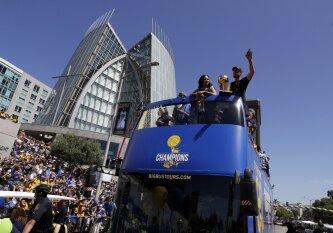 """""""Warriors"""" pasitiko milijonas: raitelis S. Curry, spalvinga nėštukė ir saldus revanšo skonis"""