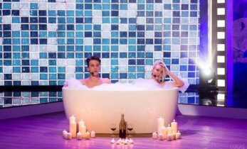 M. Šedžiuvienei teko nelengva užduotis: apsinuoginti ir lįsti į vonią su kitu vyru