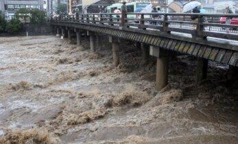 Japoniją niokoja taifūnas, yra aukų