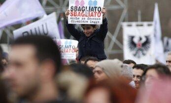 Tūkstančiai italų protestavo prieš gėjų vedybines sąjungas