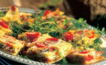 Pica su šonine ir pomidorais