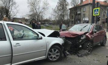 Pareigūnų teigimu, išvažiavimai į priešpriešinę eismo juostą baigiasi tragiškiausiomis nelaimėmis (asociatyvi nuotr.)