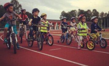 Vaikai mokosi važiuoti dviračiais