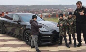 Abdulas Kerimas-Edilovas prie dovanoto Porsche Panamera