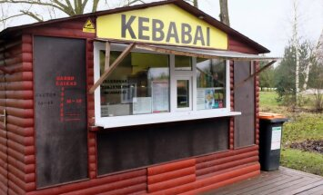 Kebabų kioskas jus stebi