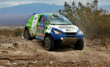 Šiemet Dakare V. Žala ir S. Jurgelėnas važiavo D. Biesevičiaus sukonstruotu automobiliu