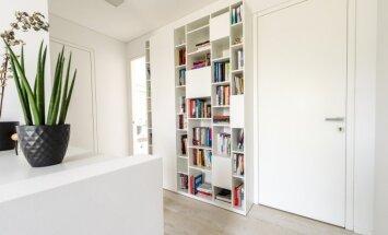 Originalaus dizaino knygų lentynėlė antrajame aukšte