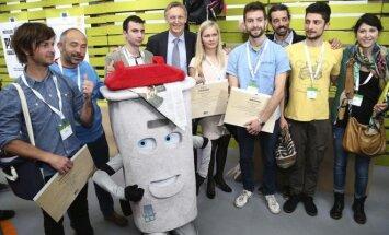 Eko-dizaino konkurso apdovanojimai. Viduryje - Janezas Potočnikas ir Deimantė Malūnavičiūtė © EU - Patrick Mascart