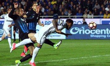 """Įvartį muša Dani Alvesas (""""Juventus"""")"""