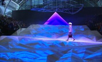 A. Hidmarch kolekciją pristatė futuristinių kalnų fone