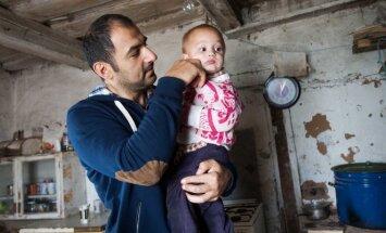Režisierius Maratas Sargsyanas svečiuojasi pas savo filmo Tėvas herojų Vida Antonovą