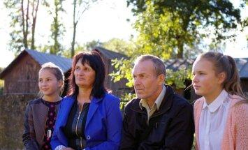 Elena ir Vidmantas Černeckai su dukterimis