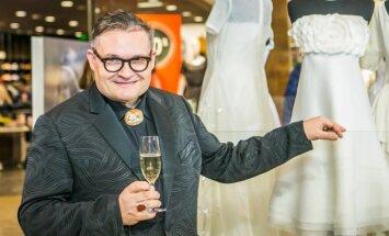 A. Vasiljevas pozuoja šalia A. Valentaitės vestuvių puotos suknelės