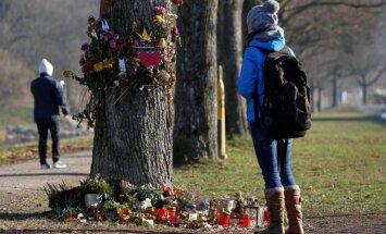 Netoli vietos, kur rasta nužudyta Maria L., žmonės neša gėles, dega žvakutes