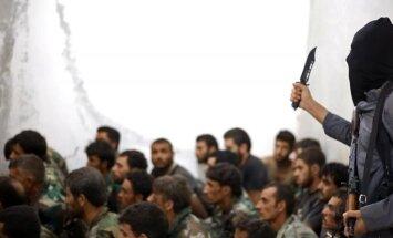 IS teroristas ir į nelaisvę paimti Sirijos kariai