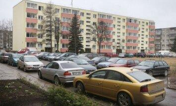 Automobiliai daugiabučių kiemuose
