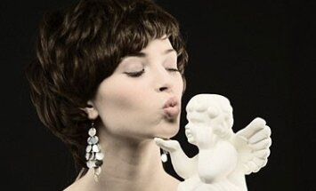 Moteris su angeliuku